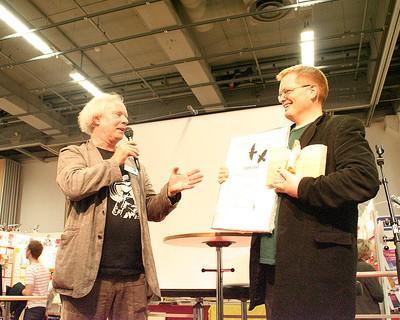 Ulf Stark deler ut pris