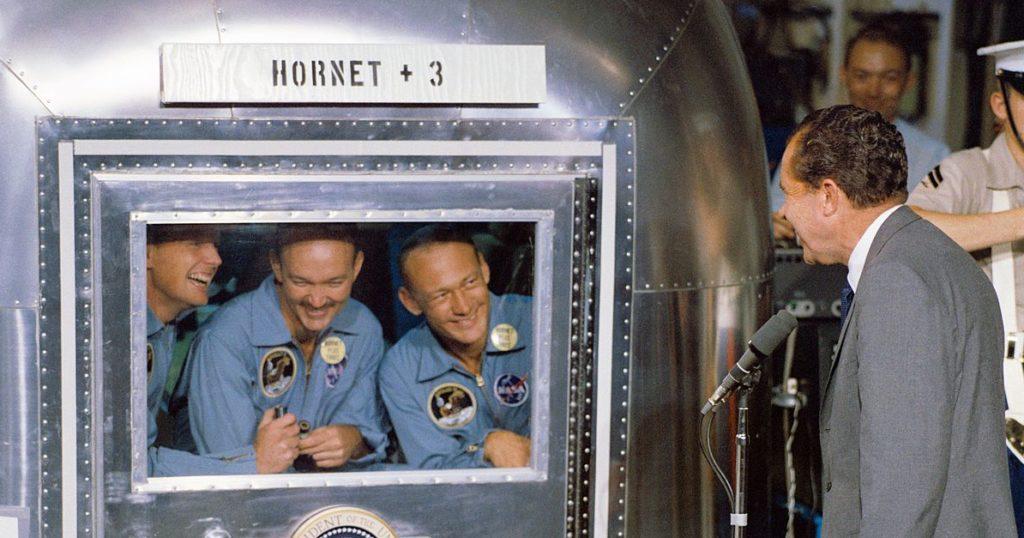 Astronauter fra Apollo 11 i karantene etter ferden, president Nixon ser på