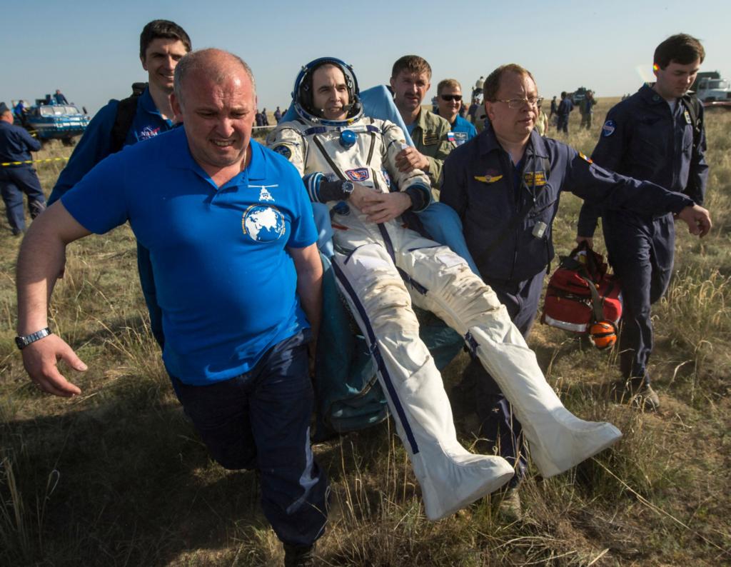 Astronaut bæres etter landing pga effekten av vektløshet